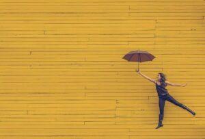 жінка парасолька ресурсність досягай позитив тут і зараз